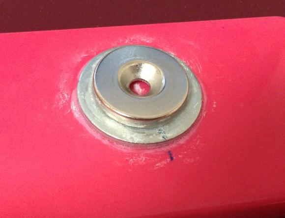 ネオジム磁石をつける